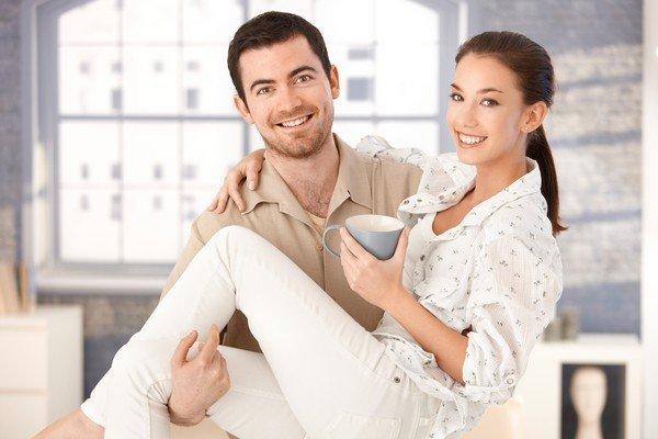 mutlu adam karısını kolunda taşıyor