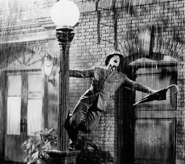 yağmur altında şarkı söyleyen adam