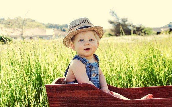 mavi gözlü sarışın çocuk