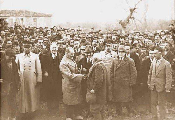 Atatürk halk ile iç içe
