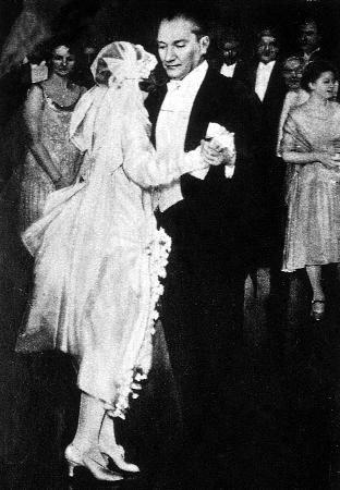 Atatürk, Dans