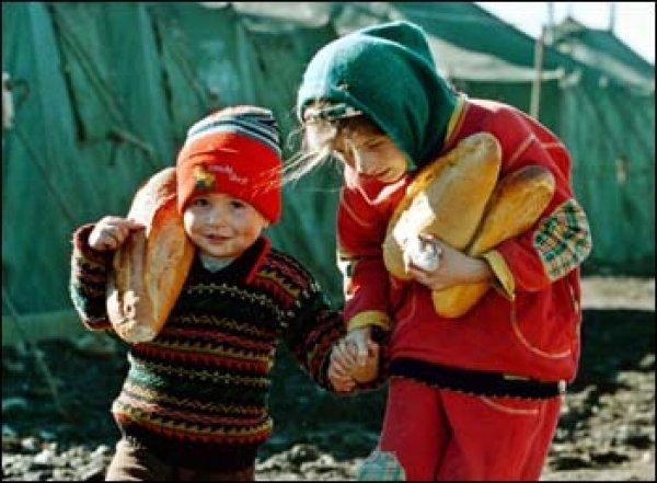 ekmek taşıyan çocuklar