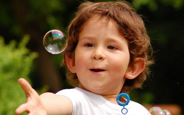 balonla oynayan çocuk