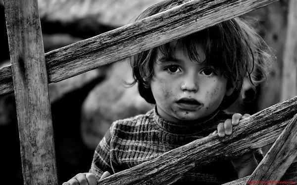 çit arkasındaki çocuk