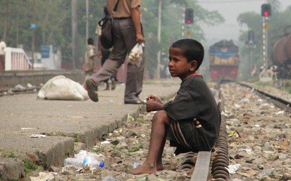 tren raylarına oturun çocuk