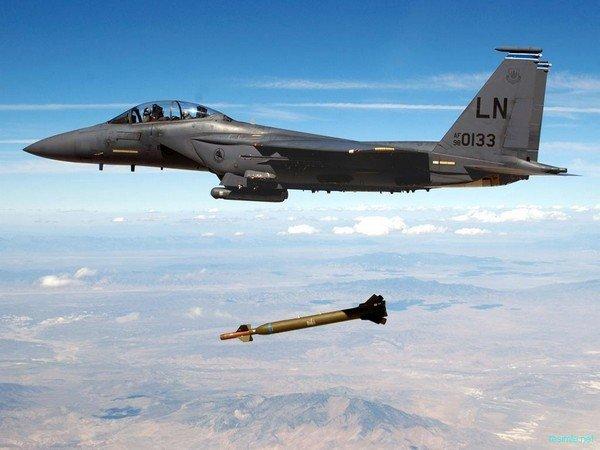 bomba atan jet uçak