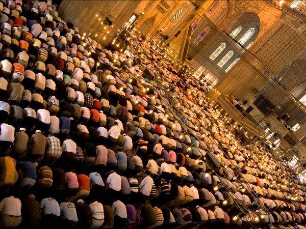 cemaat ile namaz kılan müslümanlar
