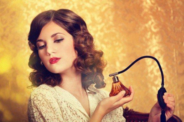 parfüm sıkan kadın