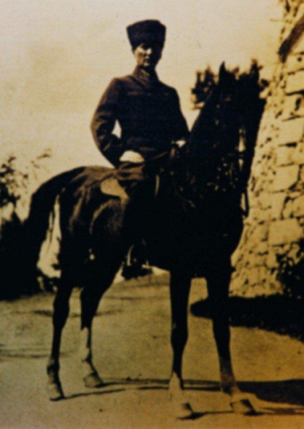 Atatürk, at üzerinde