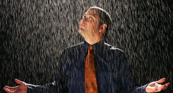 yağmur altındaki adam