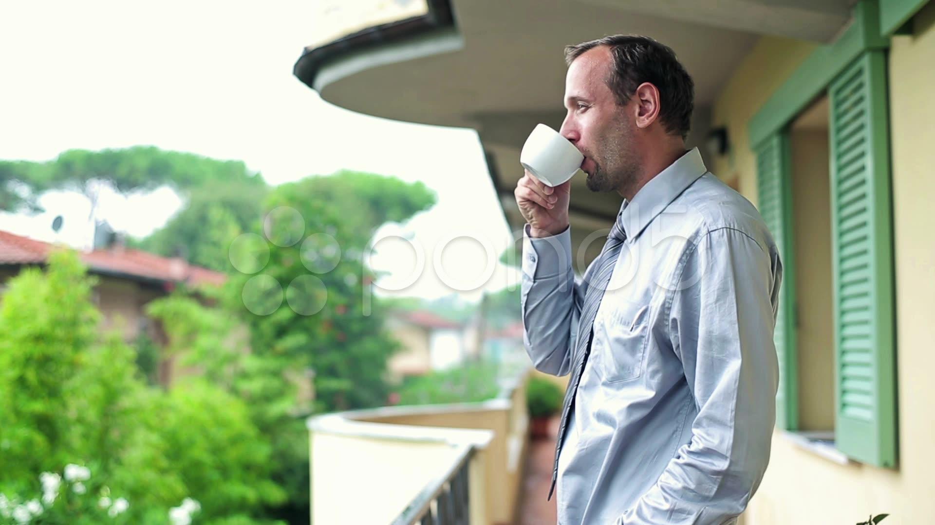 çay içen adam resmi