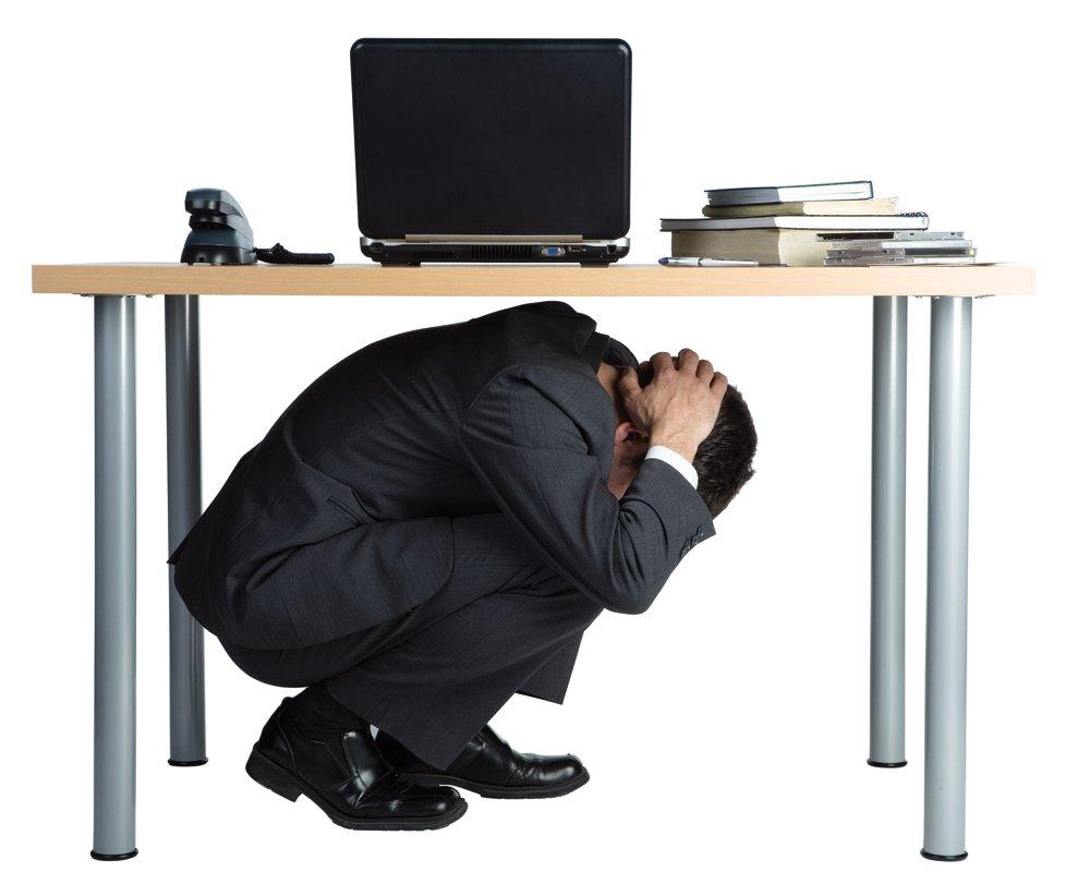 masa altına saklanmak